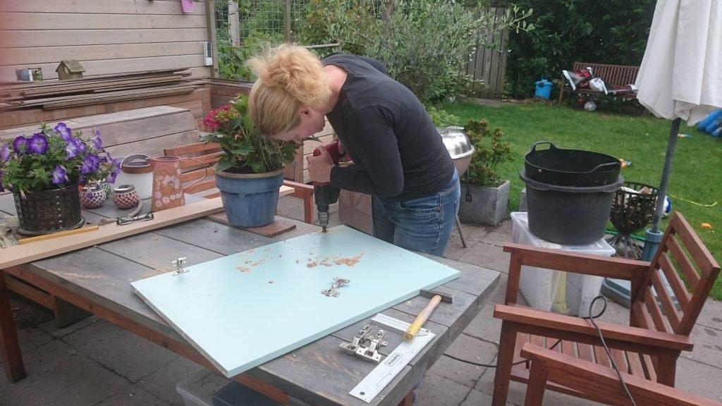 Klusvrouw Nicole Prins bouwt zwevend wandkastje