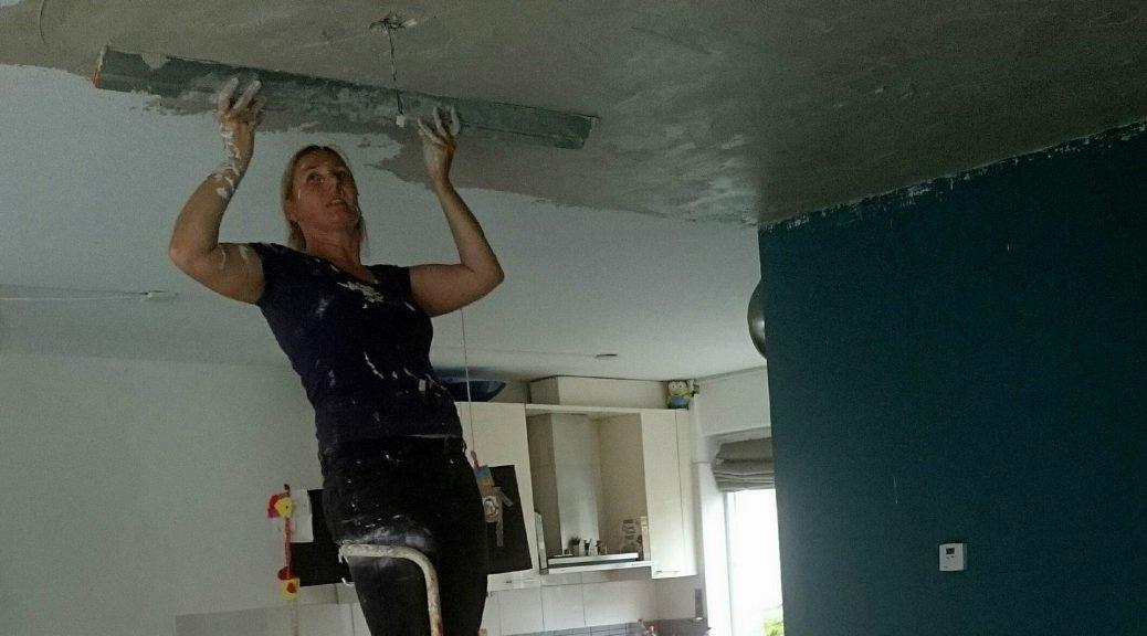 Nicole Prins plafond woonkamer en keuken stucen klusvrouw 1