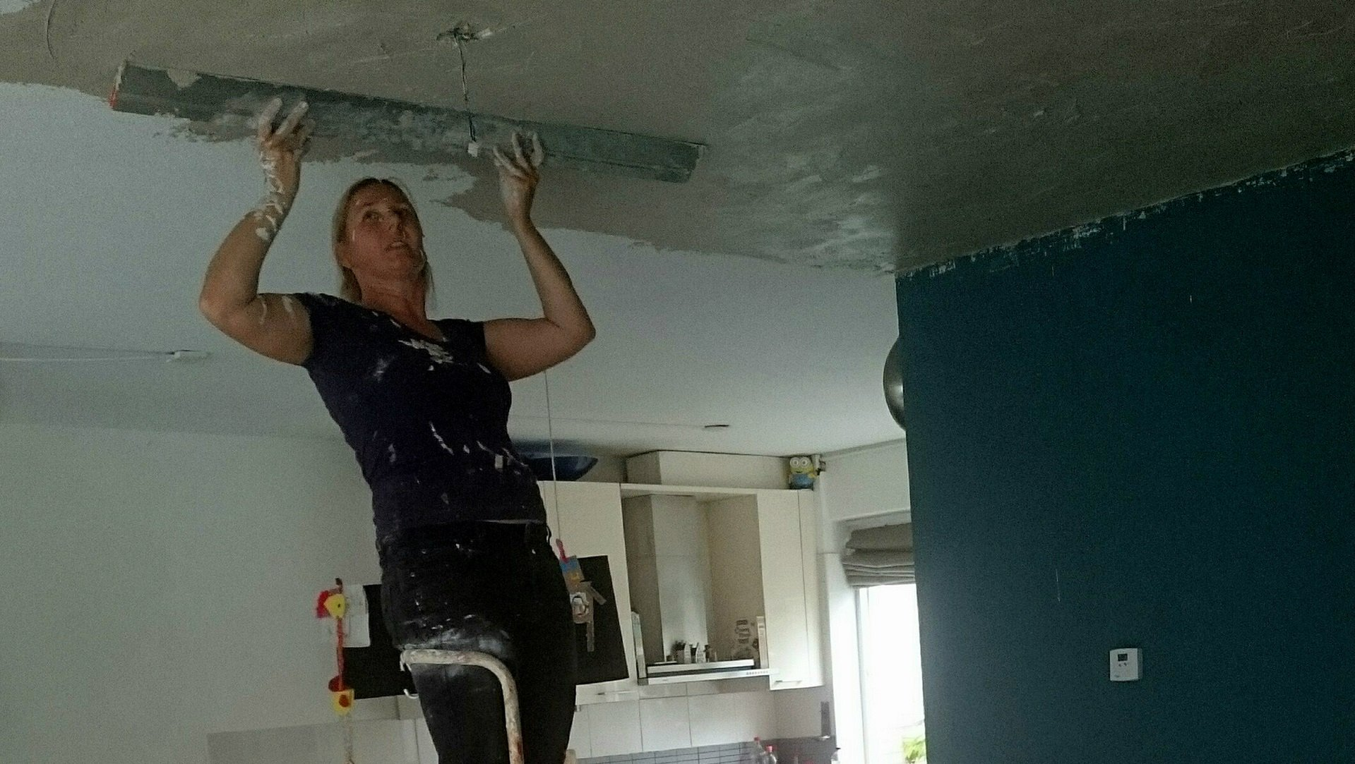Nicole stuct 51 m2 plafond in onze woonkamer en keuken