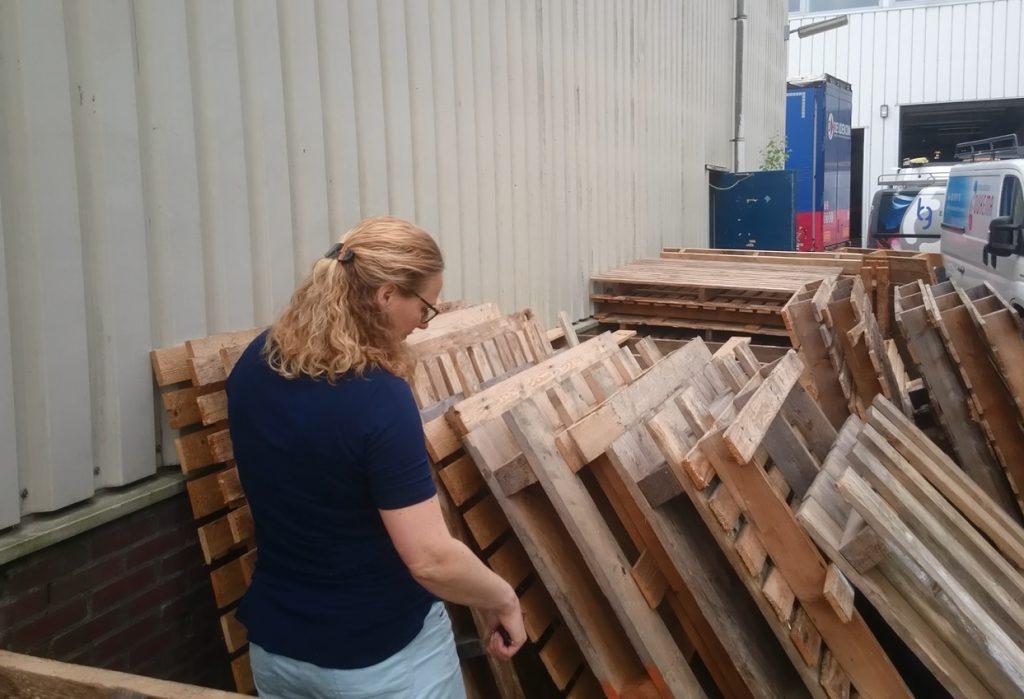 Nicole Prins klusvrouw pallets kast bouwen