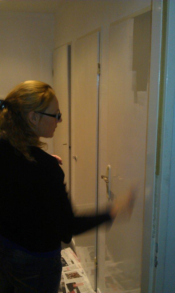 Klusvrouw Nicole Prins verft de nieuwe hal