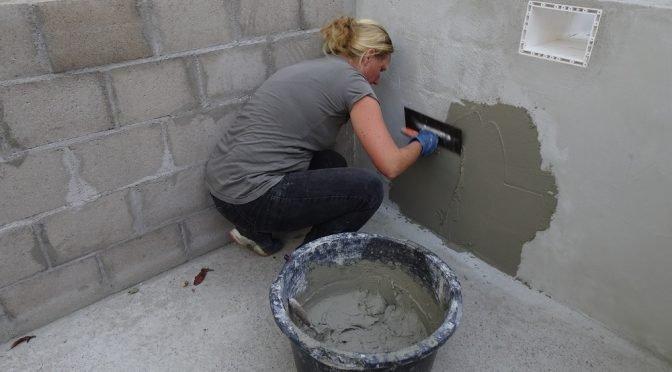 Betonnen muren stucen