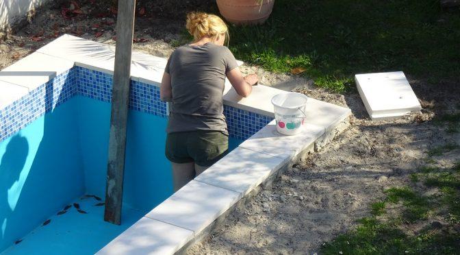Zwembadtegels metselen voegen impregneren - Klusvrouw Nicole Prins bouwt een zwembad