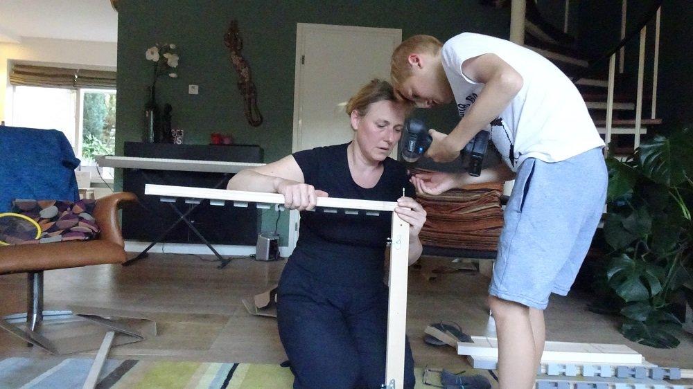 Bed bouwen hout klusvrouw nicole prins met Otis Boerop